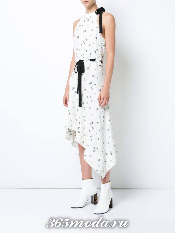 лук с асимметричным белым платьем с черным поясом