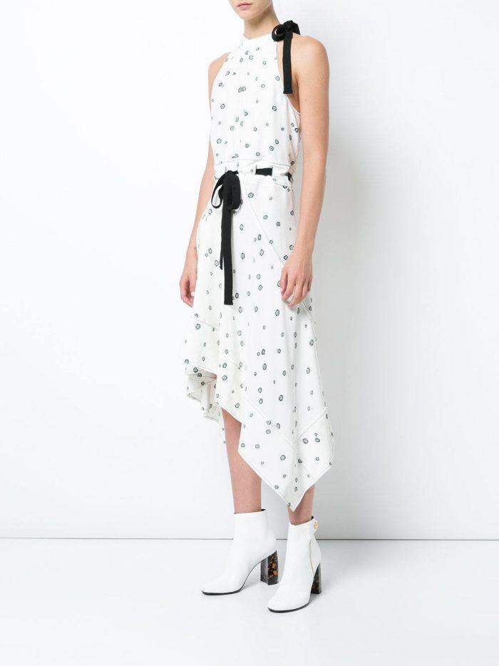 с асимметричным белым платьем с черным поясом
