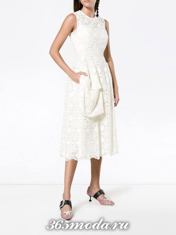 лук с белым кружевным платьем