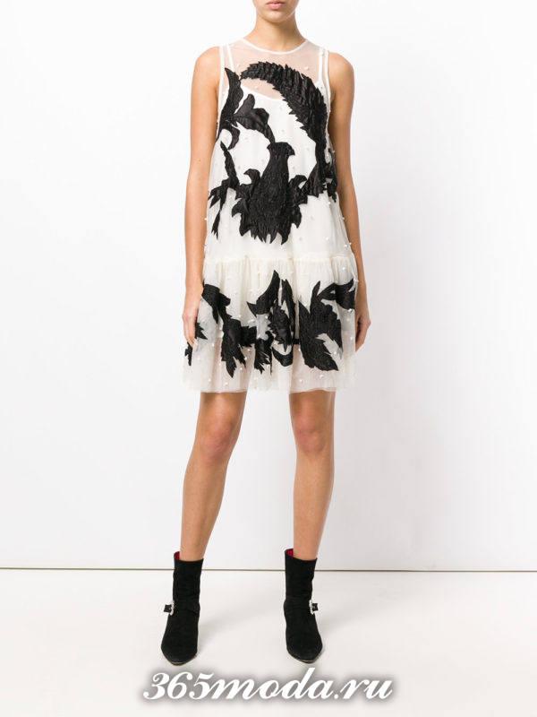 лук с коротким кружевным платьем с черными узорами