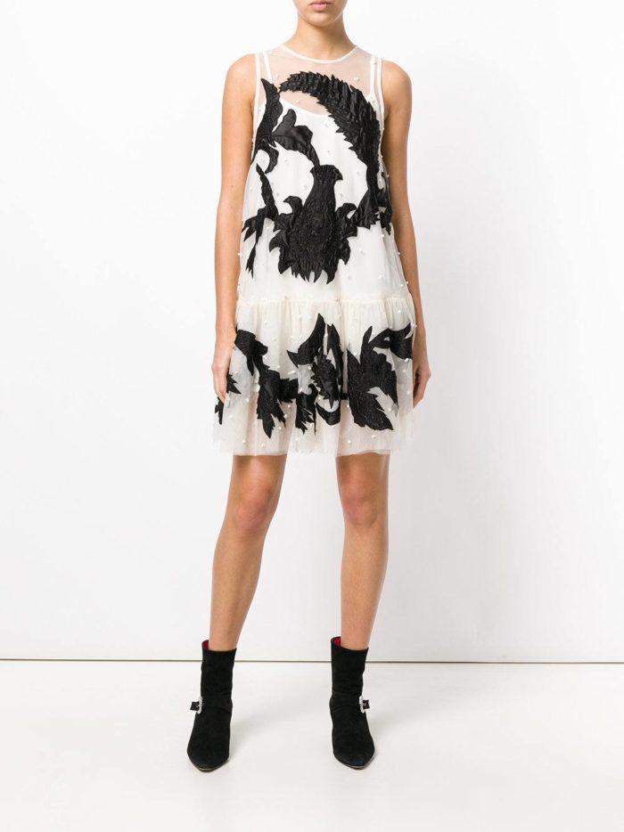 с коротким кружевным платьем с черными узорами