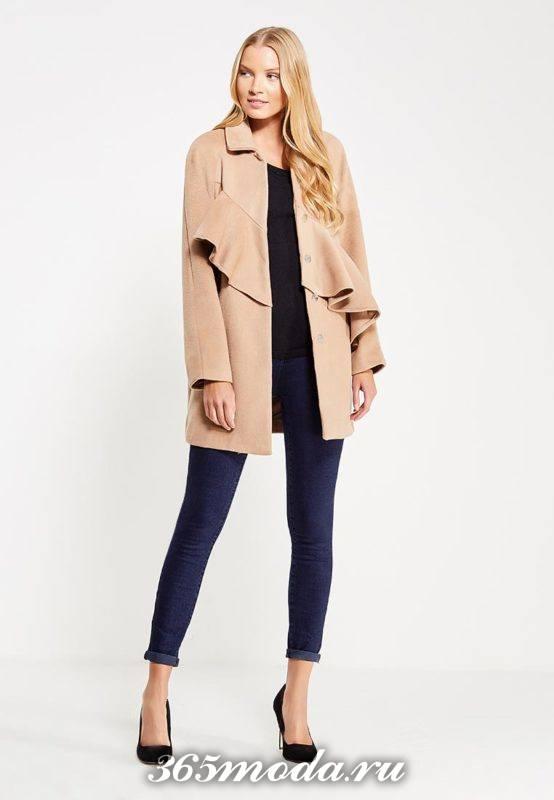 лук с коротким бежевым пальто