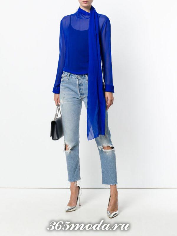 шифоновая блузка с рваными джинсами