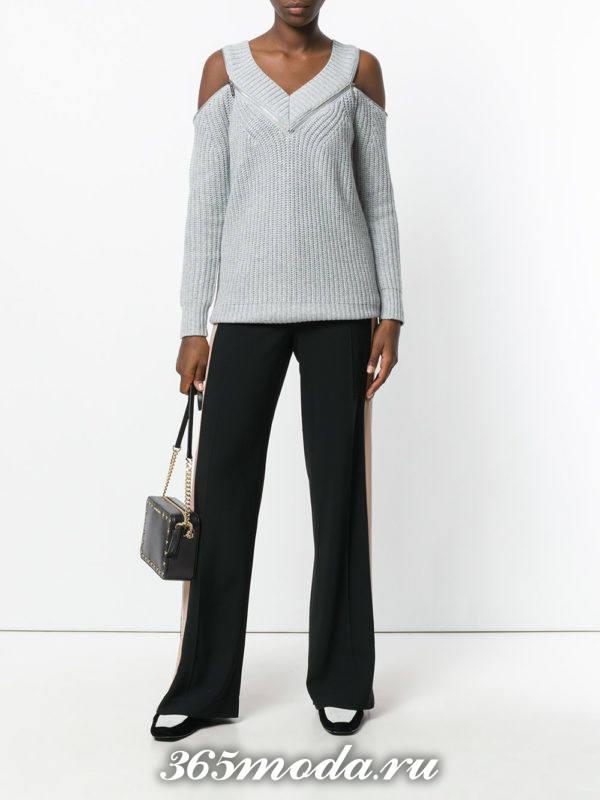 серый свитер с открытыми плечами осень-зима