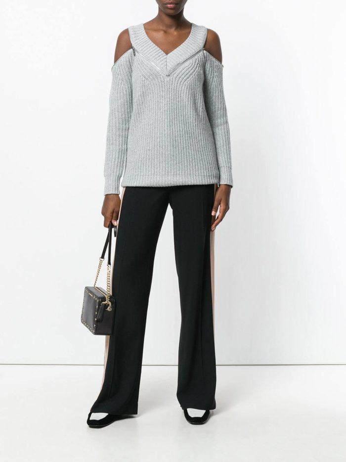 серый свитер с открытыми плечами