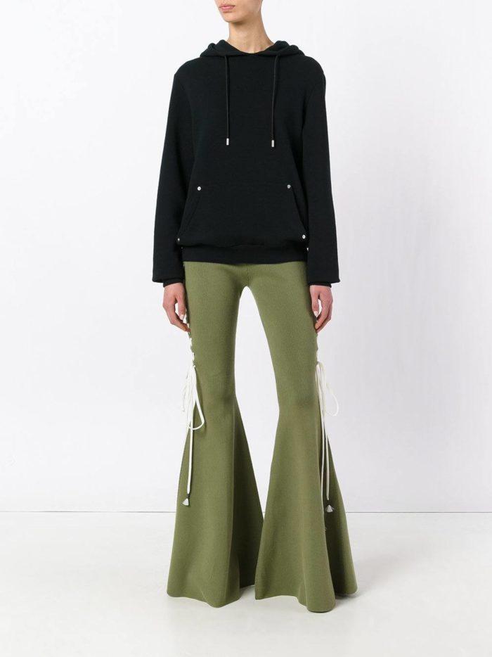 оливковые брюки клеш