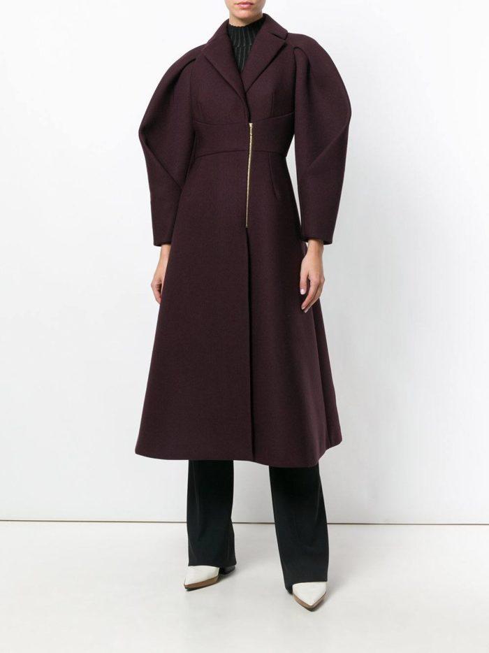 Модные цвета осень-зима 2019-2020: лук с бордовым пальто на молнии