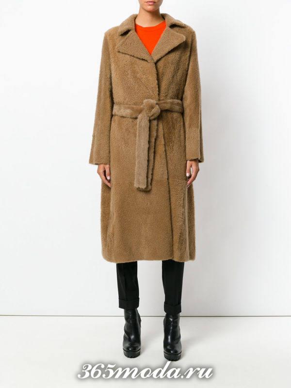 модный лук с коричневым пальто с поясом