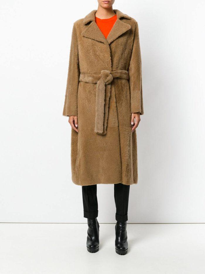 Модные цвета осень-зима 2019-2020: лук с коричневым пальто с поясом