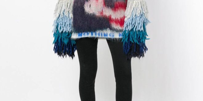 модный лук с ярким свитером с декором