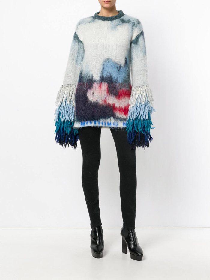Модные цвета осень-зима 2019-2020: лук с ярким свитером с декором