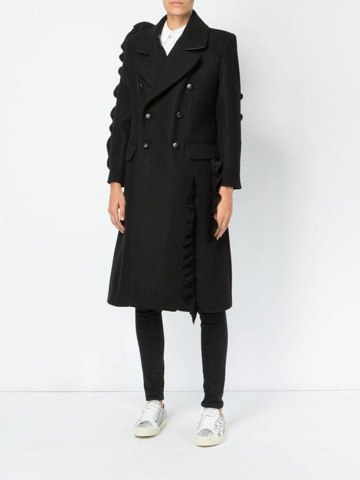 Модные цвета осень-зима 2019-2020: лук с черным двубортным пальто