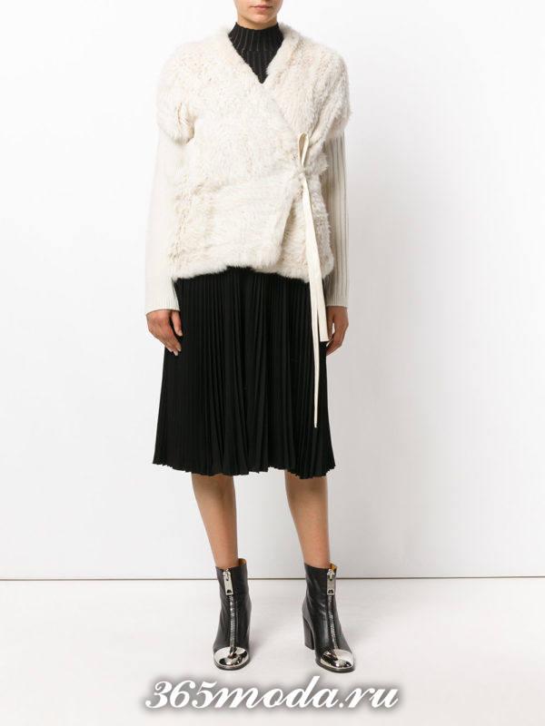 модные кардиганы: белый меховой с поясом
