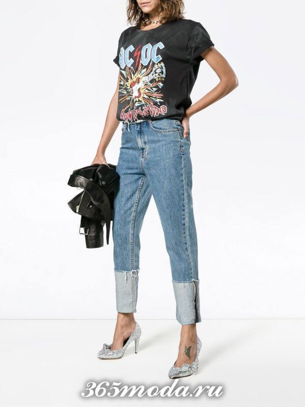 сочетания синих джинсов с черной футболкой