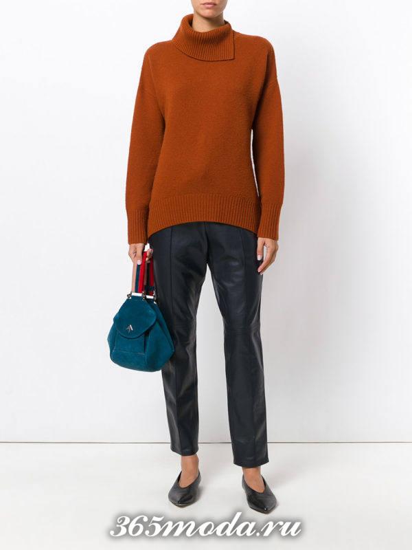 сочетания синих брюк с коричневым свитером