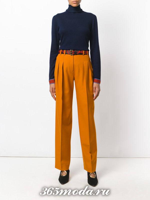 сочетания синего гольфа с коричневыми брюками с поясом