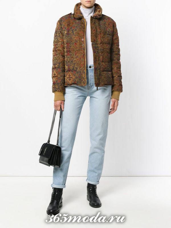 сочетания синих джинсов с коричневой курткой с принтом