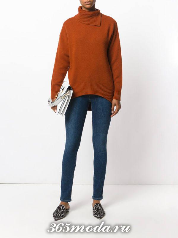 сочетания синих джинсов скинни с коричневым свитером