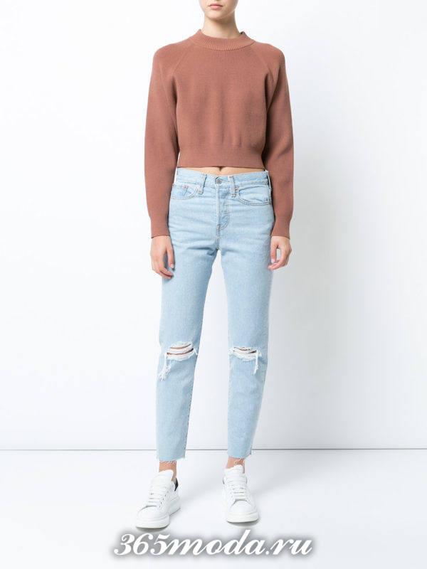 сочетания синих джинсов с разрезами с коричневым коротким свитером