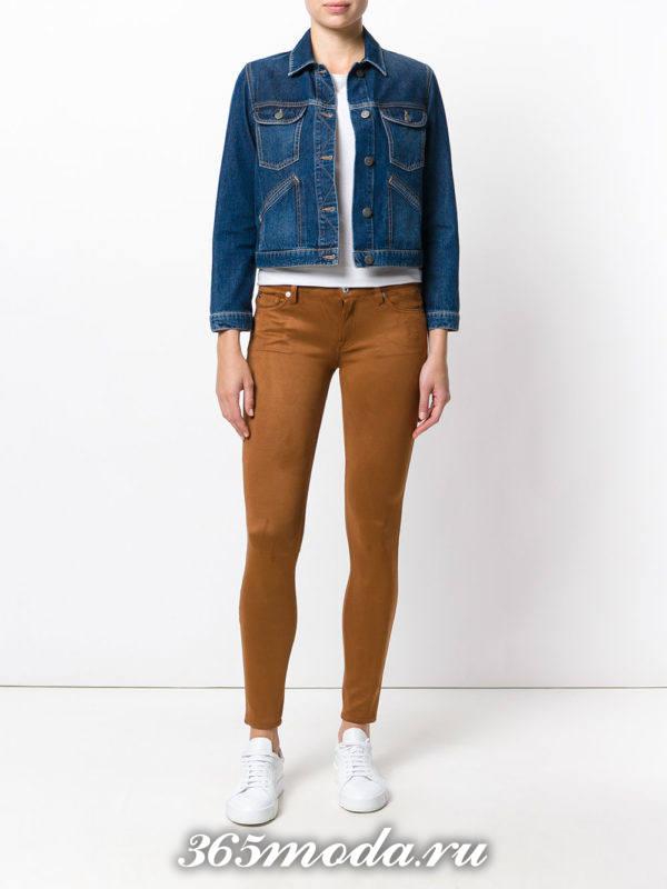 сочетания синей джинсовой куртки с коричневыми брюками скинни