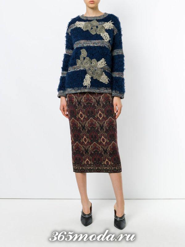 сочетания синего свитера с полосками с коричневой юбкой с принтом