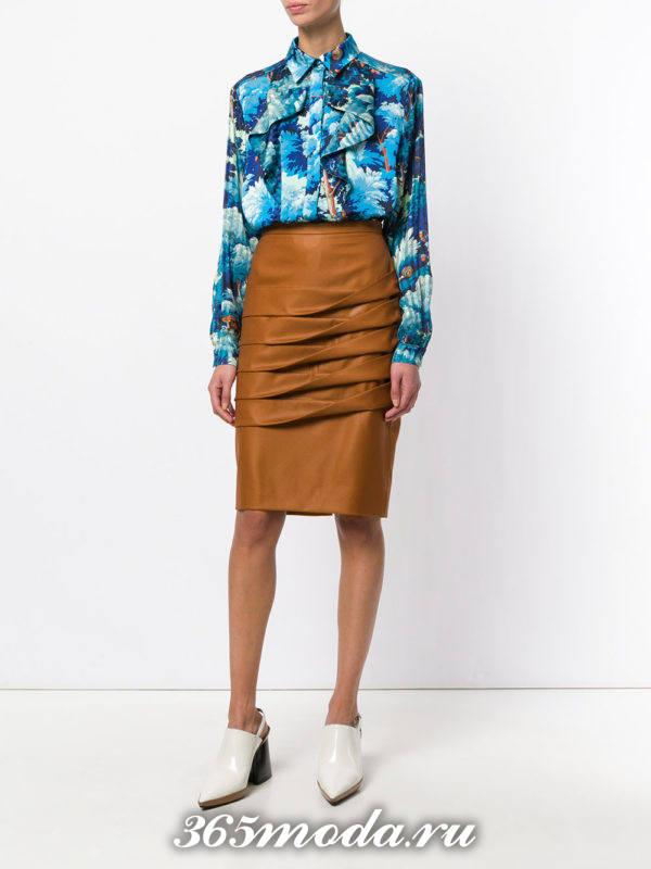 сочетания синей блузы с принтом с коричневой кожаной юбкой