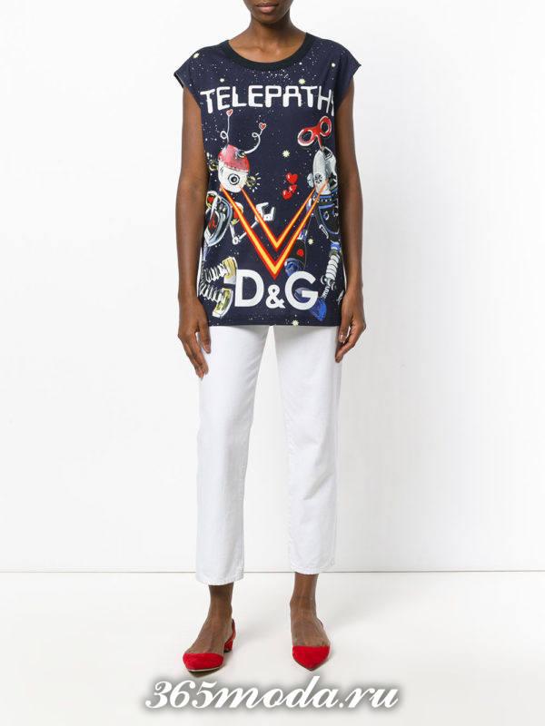 сочетания синего топа с белыми брюками