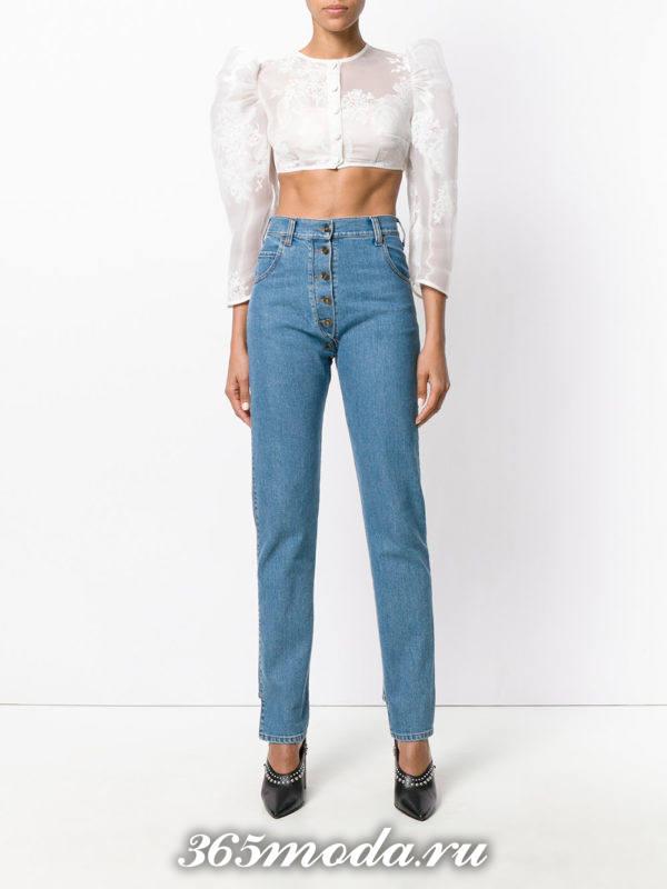 сочетания синих джинсов с белой блузой