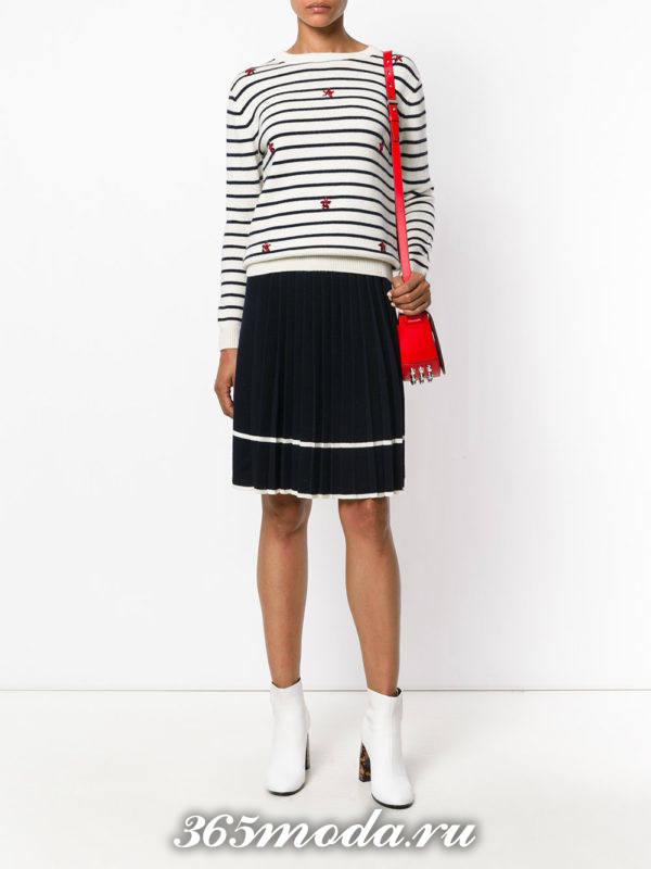сочетания синей юбки с белым свитером