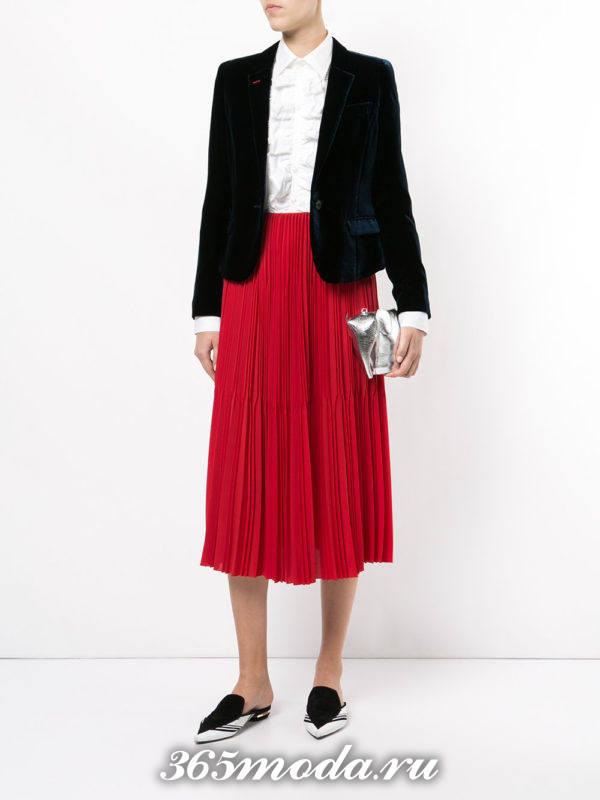 сочетания синего пиджака с красной юбкой