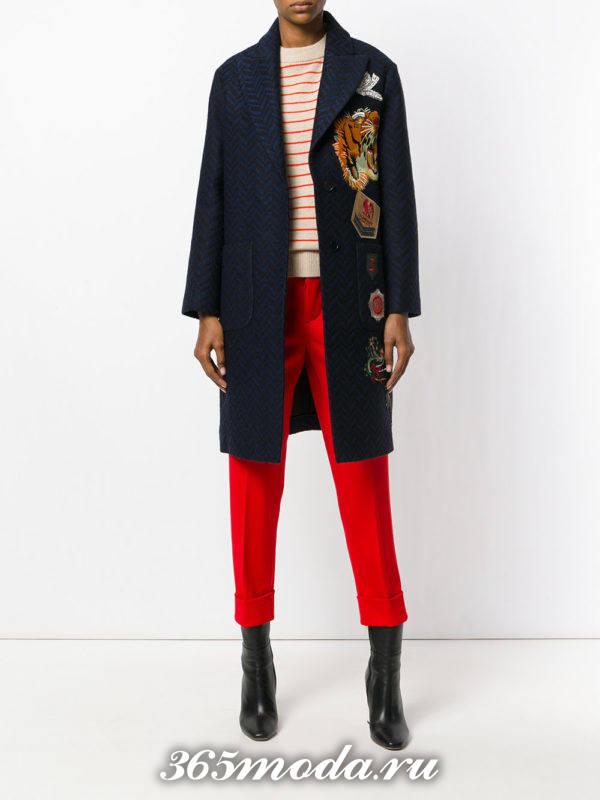 сочетания синего пальто с красным брюками