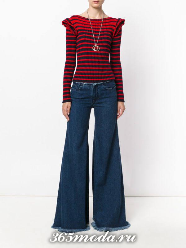 сочетания синих джинсов клеш с красным свитером