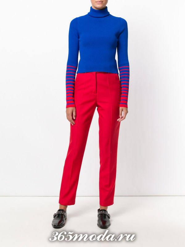 сочетания синего гольфа с красными брюками