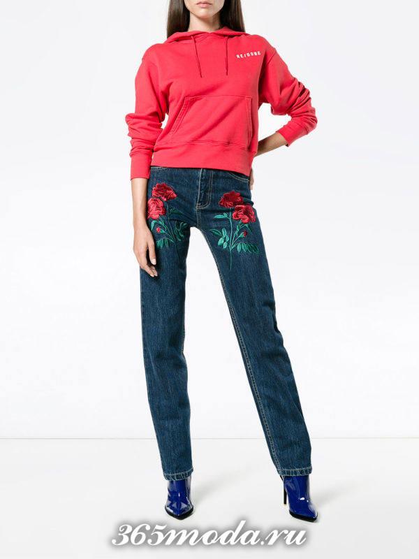 сочетания синих брюк с вышивкой с красным свитшотом