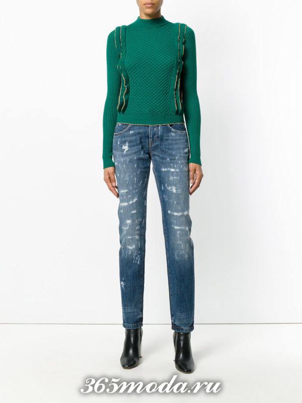 сочетания синих потертых джинсов с зеленым свитером с рюшами