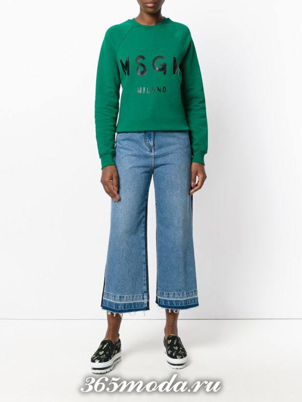 сочетания синих джинсов клеш с зеленым свитшотом с надписью