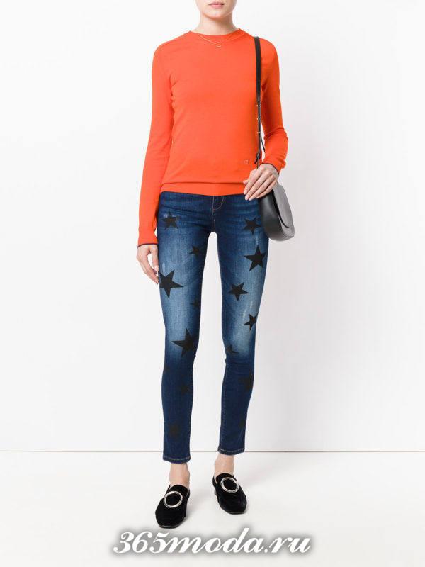 сочетания синих джинсов с принтом с оранжевым свитром