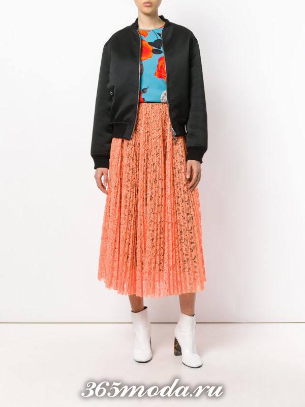 сочетания синего топа с принтом с оранжевой кружевной юбкой