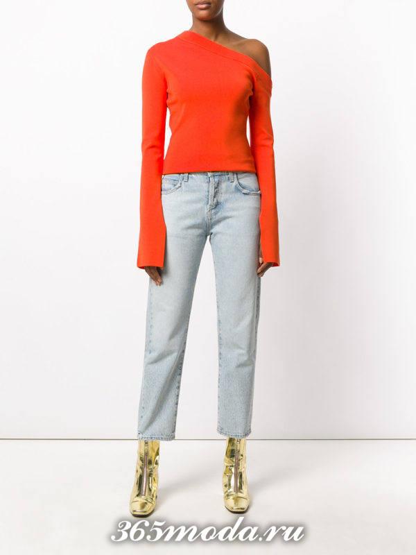 сочетания синих прямых джинсов с оранжевым асимметричным топом