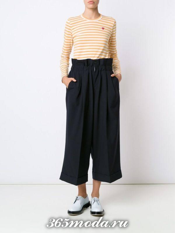 сочетания синих широких брюк с оранжевым полосатым свитером