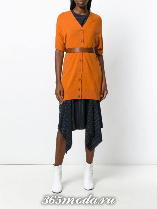 сочетания синей асимметричной юбки с оранжевым кардиганом с поясом