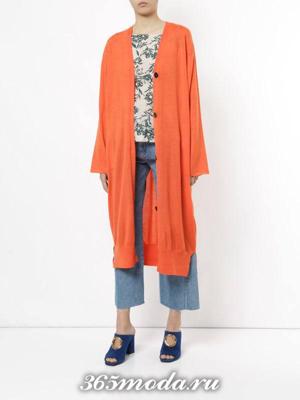 сочетания синих укороченных джинсов с оранжевым длинным кардиганом