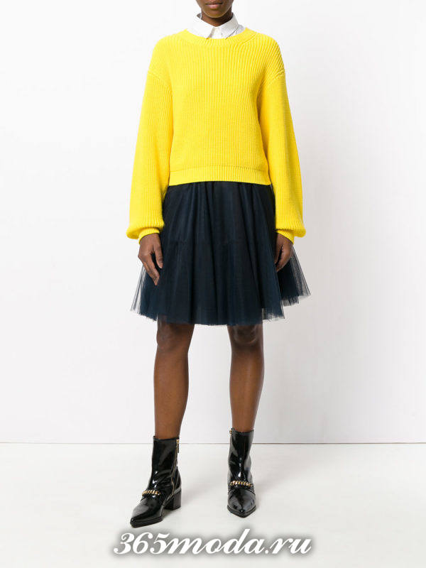сочетания синей пышной юбки с желтым свитером