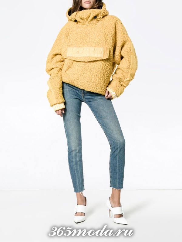 сочетания синих джинсов с желтой толстовкой