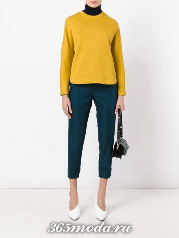 сочетания синих брюк с желтым свитером
