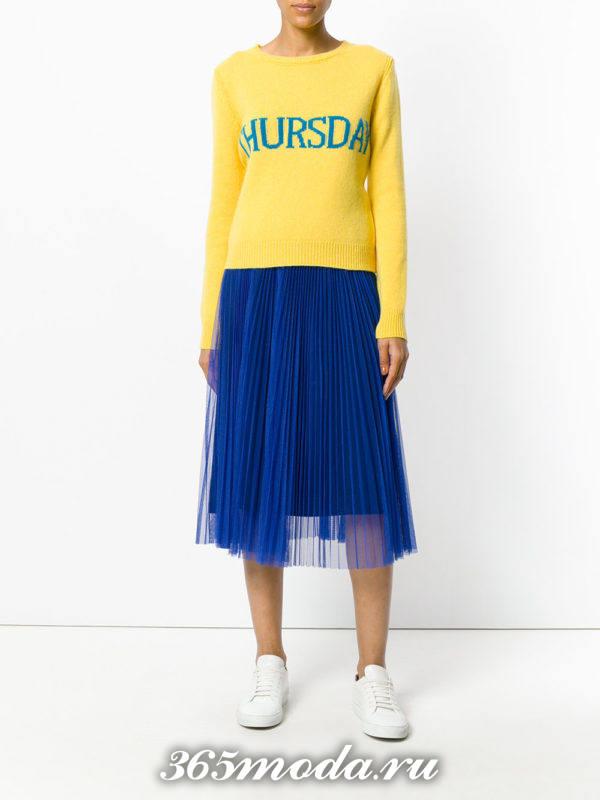 сочетания синей юбки плиссе с желтым свитером с надписью