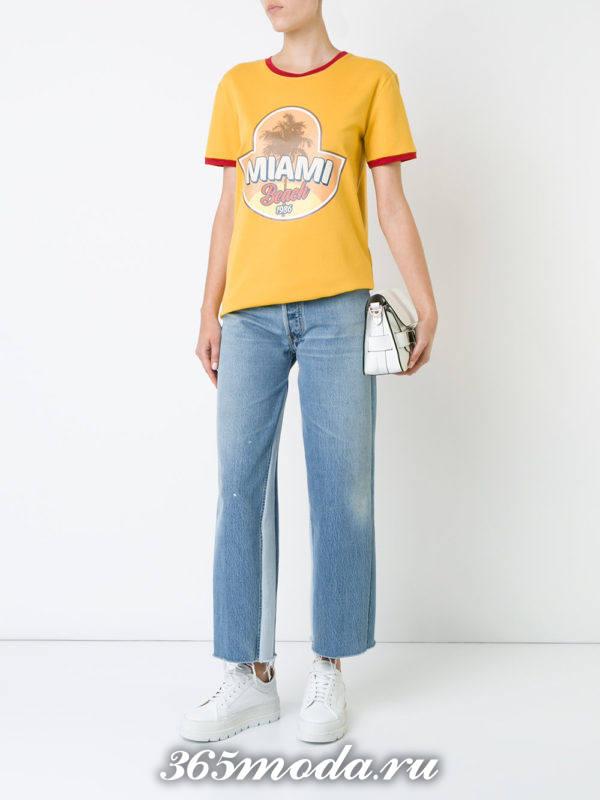 сочетания синих джинсов клеш с желтой футболкой с рисунком