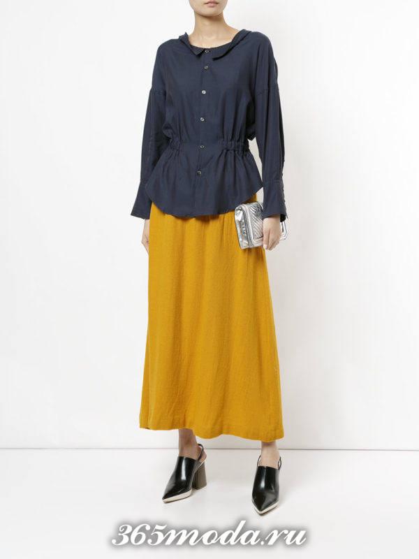 сочетания синей блузы с желтой длинной юбкой