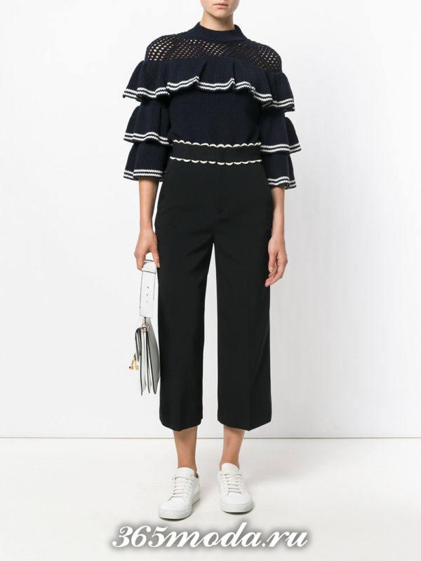 сочетания синего свитера с черными брюками