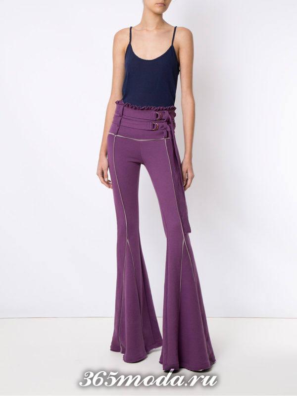 сочетания синего топа с фиолетовыми брюками клеш
